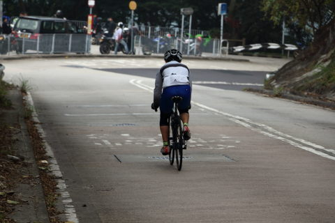 Image of cyclist traversing Hong Kong's steep Route Twisk